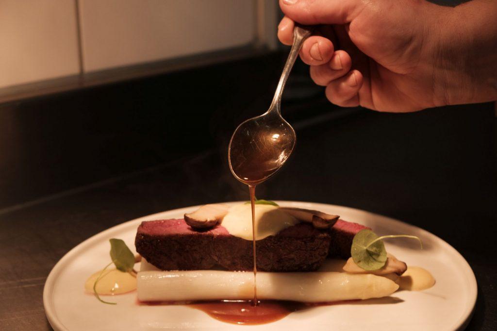 Soße über Spargel mit Rind